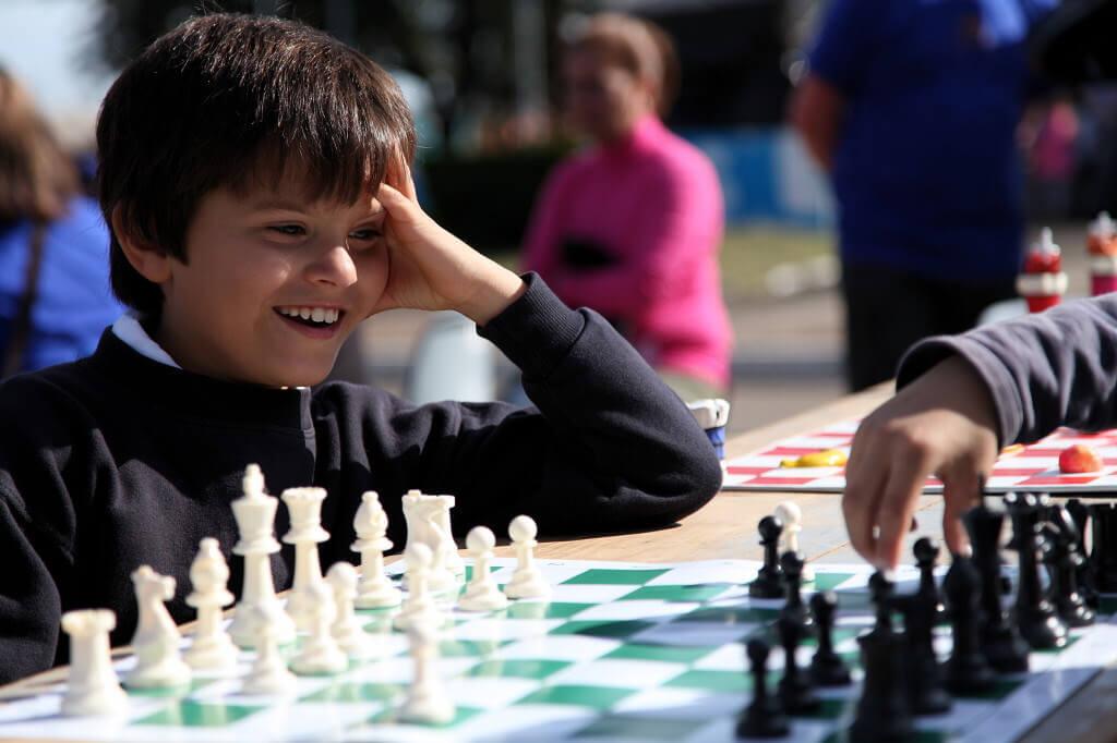 nin%cc%83os_jugando_al_ajedrez2