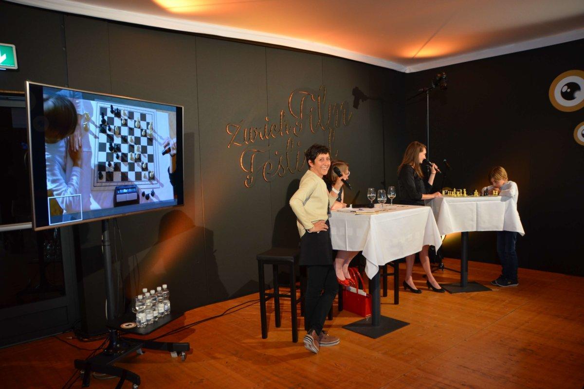 Monika Müller-Seps wird von einem jungen Schachspieler zu einer Runde Blitzschach herausgefordert.