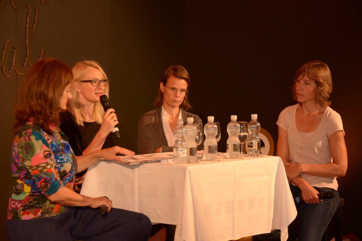 Wie weit darf Fortpflanzungsmedizin gehen? Darüber unterhielten sich Brigitte Leeners, Nikola Biller-Andorno und Manuela.